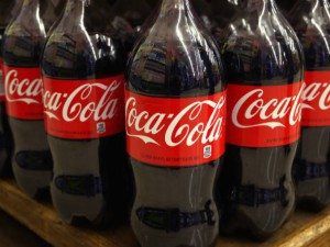 size_590_Garrafas_de_Coca-Cola_num_supermercado